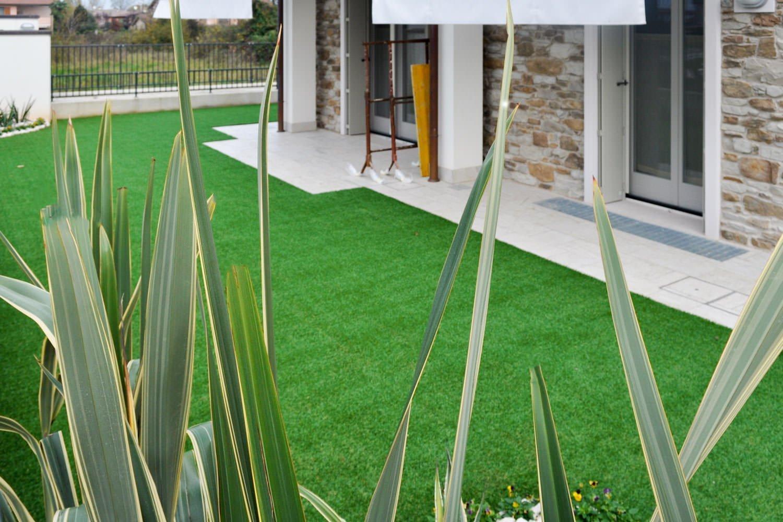 Applicazione erba sintetica per tutti i giardini - Giardini di villette ...
