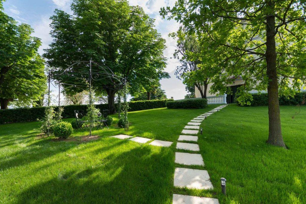 Giardino con pavimentazione